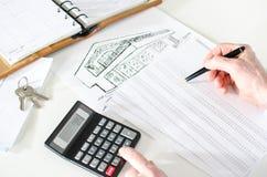 Agente inmobiliario que analiza la planificación financiera de una casa Imagen de archivo libre de regalías