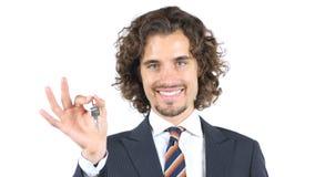Agente inmobiliario que da al cliente de las llaves imágenes de archivo libres de regalías