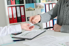 Agente inmobiliario que da las llaves a su cliente Imagen de archivo libre de regalías