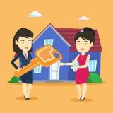 Agente inmobiliario que da llave al dueño de nueva casa Imagen de archivo