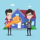 Agente inmobiliario que da llave al dueño de nueva casa Fotografía de archivo libre de regalías