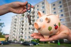 Agente inmobiliario que da llaves planas a un nuevo propietario Foto de archivo libre de regalías