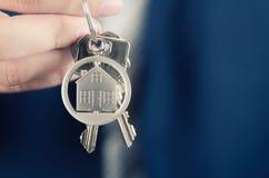 Agente inmobiliario que detiene llave del nuevo cierre del apartamento fotografía de archivo libre de regalías