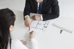 Agente inmobiliario que incita para firmar para contratar Imagen de archivo