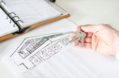 Agente inmobiliario que lleva a cabo llaves de la casa Imagenes de archivo