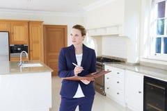 Agente inmobiliario que mira alrededor de nueva propiedad vacante imagen de archivo libre de regalías