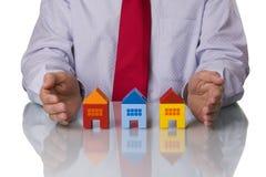 Agente inmobiliario que muestra casas Foto de archivo libre de regalías