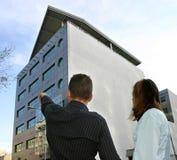 Agente inmobiliario que muestra la localización plana Fotos de archivo