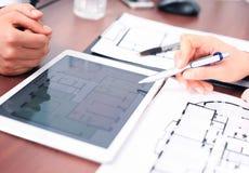 Agente inmobiliario que muestra planes de la casa Fotografía de archivo libre de regalías