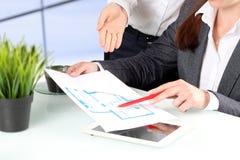 Agente inmobiliario que muestra planes de la casa a un hombre de negocios Foco en una mano Foto de archivo libre de regalías