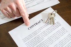 Agente inmobiliario que muestra un contrato Imagen de archivo