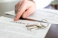 Agente inmobiliario que muestra un contrato Fotos de archivo