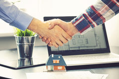 Agente inmobiliario que sacude las manos con el cliente después de trato Fotografía de archivo libre de regalías