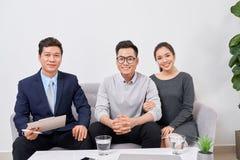 Agente inmobiliario que trabaja con los clientes en oficina fotos de archivo libres de regalías