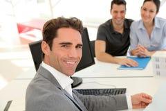 Agente inmobiliario satisfecho con los clientes Imagen de archivo libre de regalías