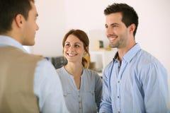 Agente inmobiliario sonriente de la reunión de los pares Imagen de archivo libre de regalías