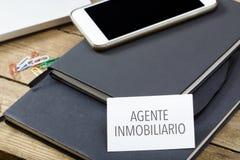 Agente inmobiliario, spansk text för fastighetsmäklareaffärskort på nolla Arkivfoton