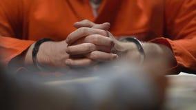 Agente investigativo che scrive confessione completa del prigioniero che ritiene la colpevolezza ed il rimorso video d archivio