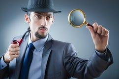 Agente investigativo con il tubo di fumo Fotografia Stock
