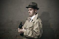 Agente investigativo d'annata sciocco con una pistola Fotografie Stock