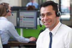Agente maschio In Call Centre di servizi di assistenza al cliente Immagine Stock Libera da Diritti
