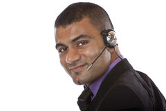 Agente masculino joven del centro de atención telefónica con el receptor de cabeza Imagen de archivo