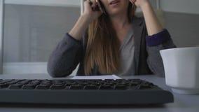 Agente profesional que arregla la reunión con los clientes por el teléfono, encargado en el trabajo almacen de video