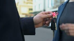Agente que da llaves de la señora al coche o al apartamento, reembolso de préstamo, lotería que gana metrajes