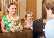 Agente que habla con la madre y los niños Imagen de archivo