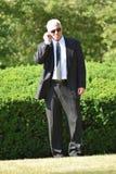 Agente serio Walking de la vigilancia fotos de archivo