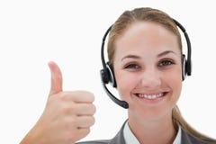 Agente sonriente del centro de atención telefónica que da el pulgar para arriba Imagenes de archivo