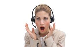 Agente sorprendido del centro de atención telefónica con las manos aumentadas Foto de archivo
