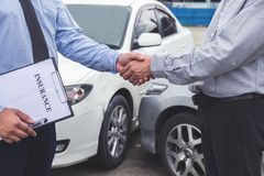 Agente y cliente de seguro que sacuden las manos, accidente de tráfico y Fotos de archivo libres de regalías