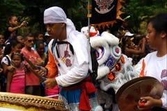 Agentes asiáticos con el tambor. Carnaval. Fotos de archivo