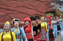 Agentes chinos de la minoría en el teatro al aire libre por imagen de archivo libre de regalías