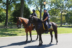 Agentes da polícia de NYPD a cavalo prontos para proteger o público em Billie Jean King National Tennis Center durante o US Open  Imagem de Stock Royalty Free