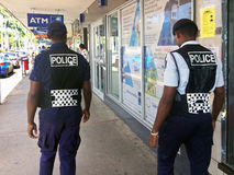 Agentes da polícia do Fijian que patrulham na rua principal Imagem de Stock