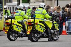 Agentes da polícia em velomotor em Londres imagem de stock royalty free