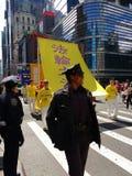 Agentes da polícia fêmeas, parada do dia de Falun Dafa do mundo, Falun Gong, NYC, EUA Imagem de Stock