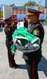Agentes da polícia mexicanos que guardam sua bandeira imagens de stock royalty free