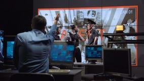 Agentes de segurança que reagem rapidamente no alerta do roubo video estoque