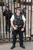 Agentes de seguridad delante del Downing Street 1 Foto de archivo libre de regalías