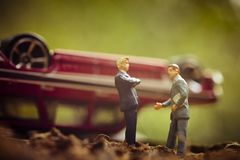 Agentes de seguros, acidente de trânsito Fotografia de Stock