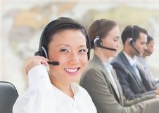 Agentes de viajes con las auriculares contra mapa borroso fotografía de archivo