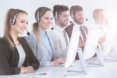 Agentes del centro de atención telefónica en fila imágenes de archivo libres de regalías