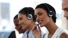 Agentes del centro de llamada que trabajan en su oficina metrajes