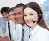 Agentes del servicio de atención al cliente que muestran diversidad Imagen de archivo libre de regalías