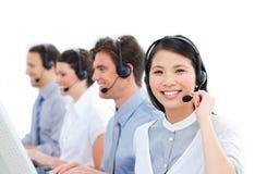 Agentes del servicio de atención al cliente que trabajan en un centro de atención telefónica imagen de archivo libre de regalías