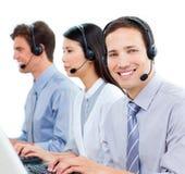 Agentes del servicio de atención al cliente que trabajan en un centro de atención telefónica Fotos de archivo libres de regalías