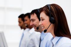 Agentes do serviço de atenção a o cliente com auriculares sobre Foto de Stock